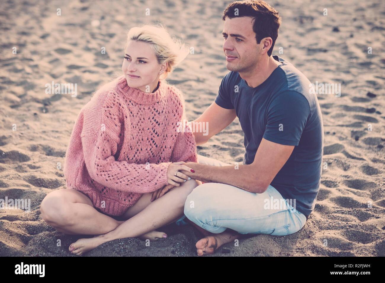 Bellissimo modello giovane caucasico giovane donna e uomo rimanere  nell amore abbracciando e seduto sulla bec62348a5e4