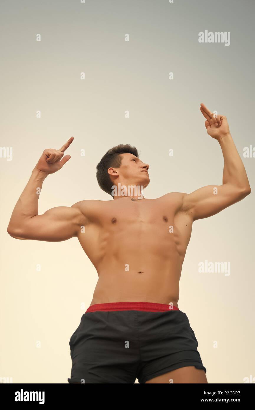 Modelli di fitness in posa nudo