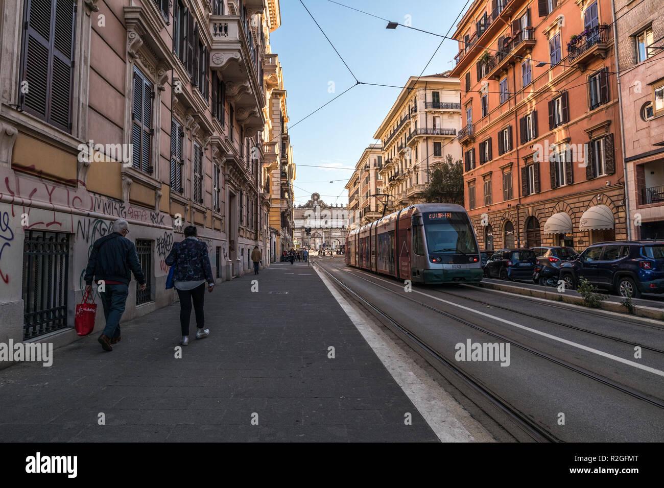 11/09/2018 - Roma, Italia: domenica pomeriggio nel centro della città, su strada con mezzi di trasporto ATAC che porta a Piazzale Flaminio e Piazza del Popolo. Peopl Immagini Stock