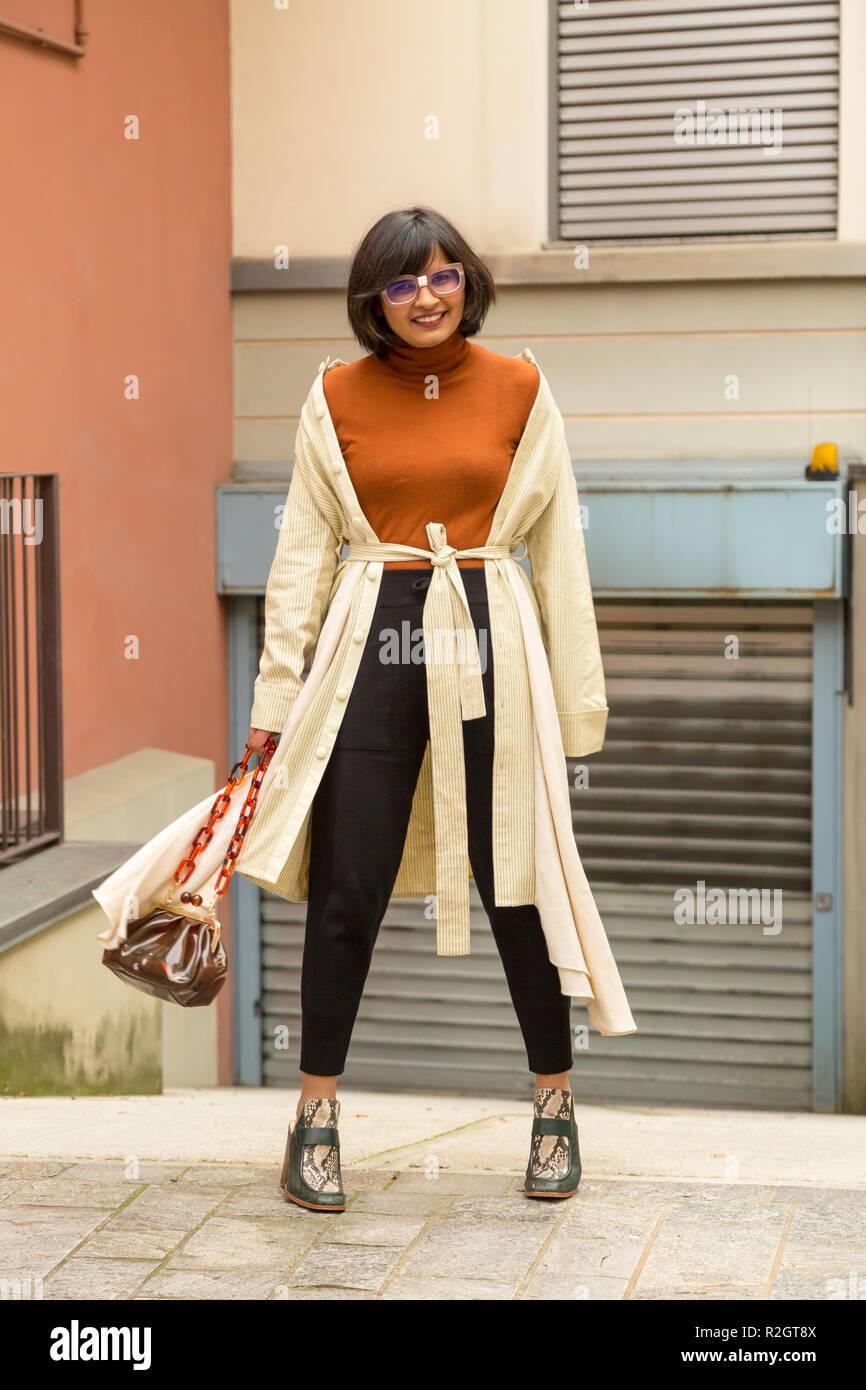 Bella giovane donna indiana che pongono in un contesto urbano. Street Moda e stile. Immagini Stock