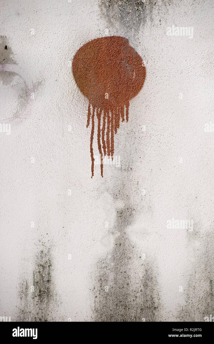 Un tocco di vernice spruzzata sulla parete di cemento, Immagini Stock