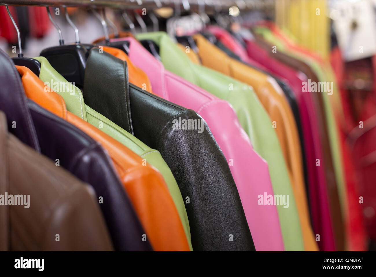 d12d1233fede Collezione di giacche di pelle su capi di abbigliamento appendiabiti in  negozio