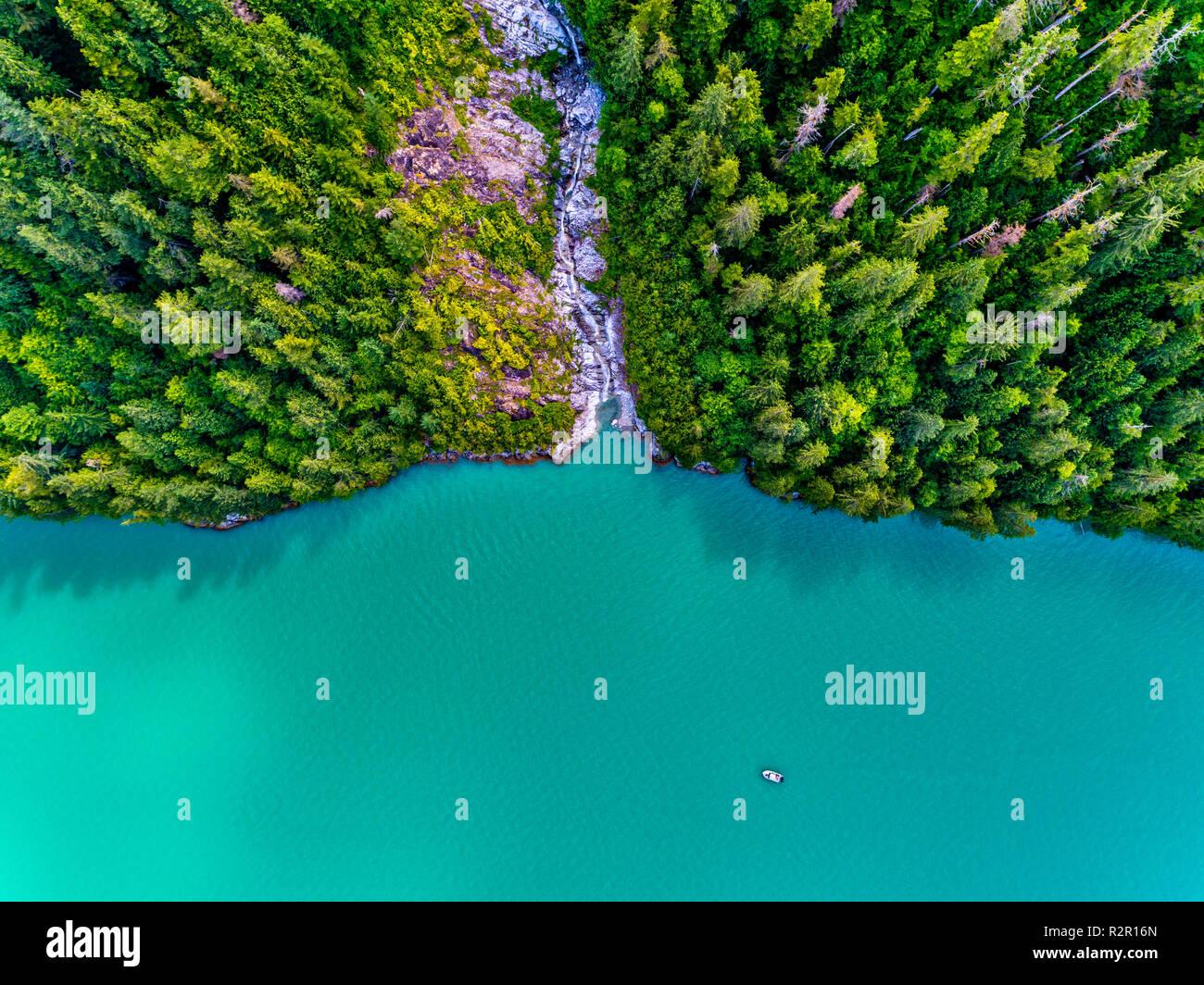 """Fotografia aerea di un nome non cascata e il 'luce ambiente """" tour in barca in ingresso del cavaliere, Prime Nazioni Territorio, British Columbia, Canada Immagini Stock"""