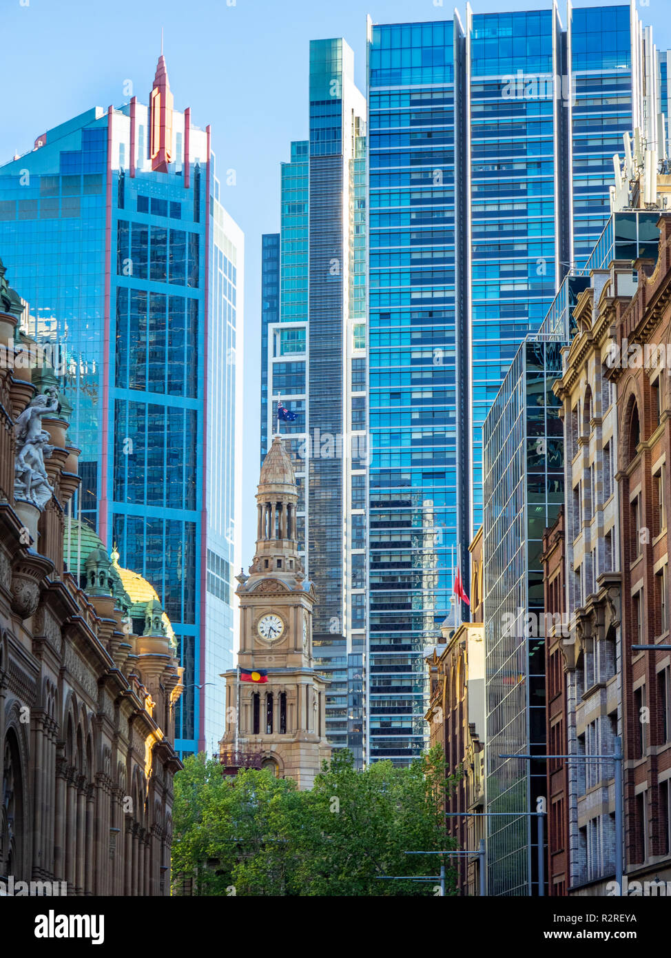 La torre dell'orologio di Sydney Town Hall e contrastanti gli stili architettonici di moderni e antichi edifici in Sydney NSW Australia. Immagini Stock