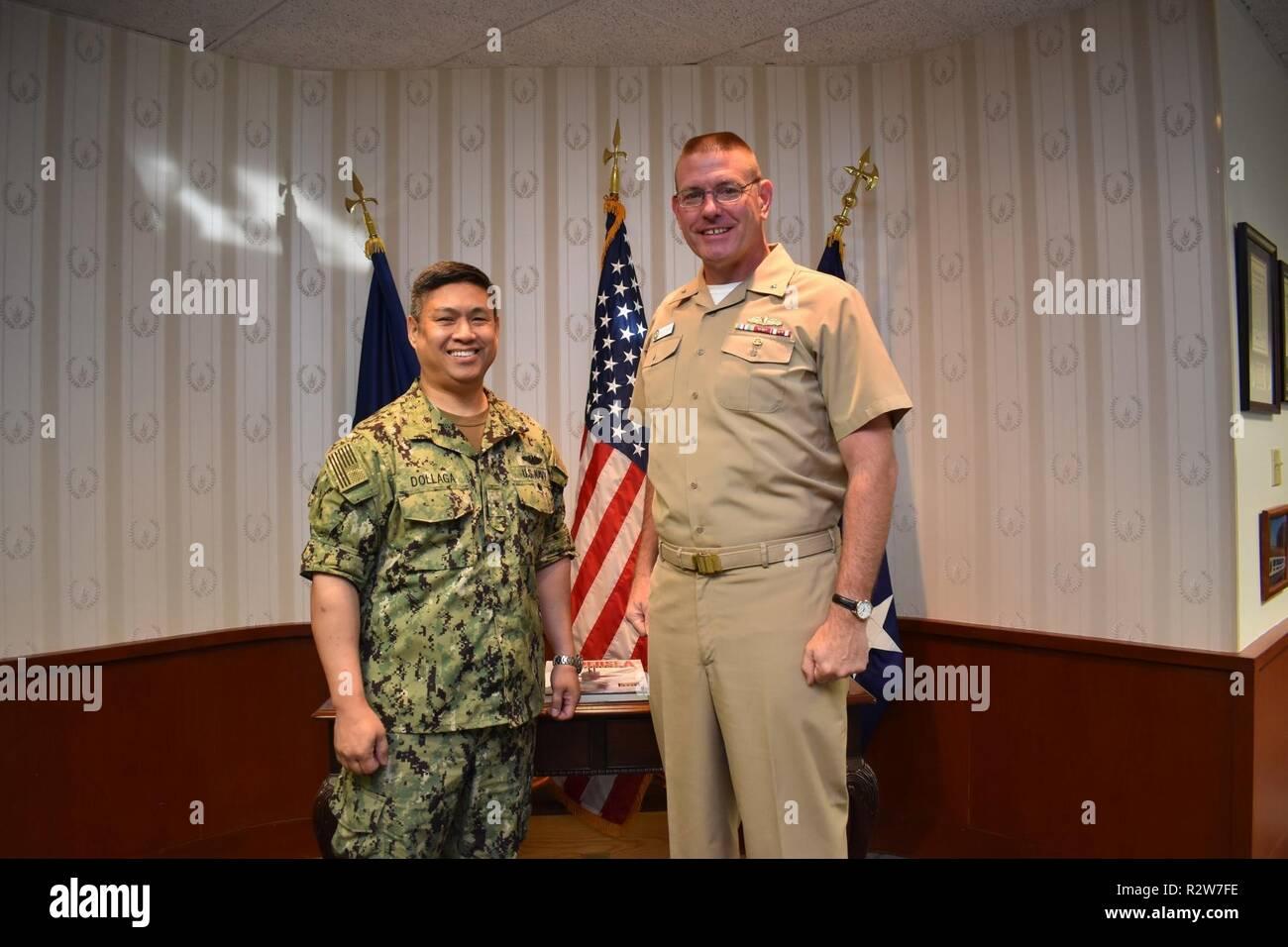 c441e112918 Butch Dollaga, comandante di combattimento sottomarino Development Centre  (UWDC), sinistro e posteriore Adm. Dave ...
