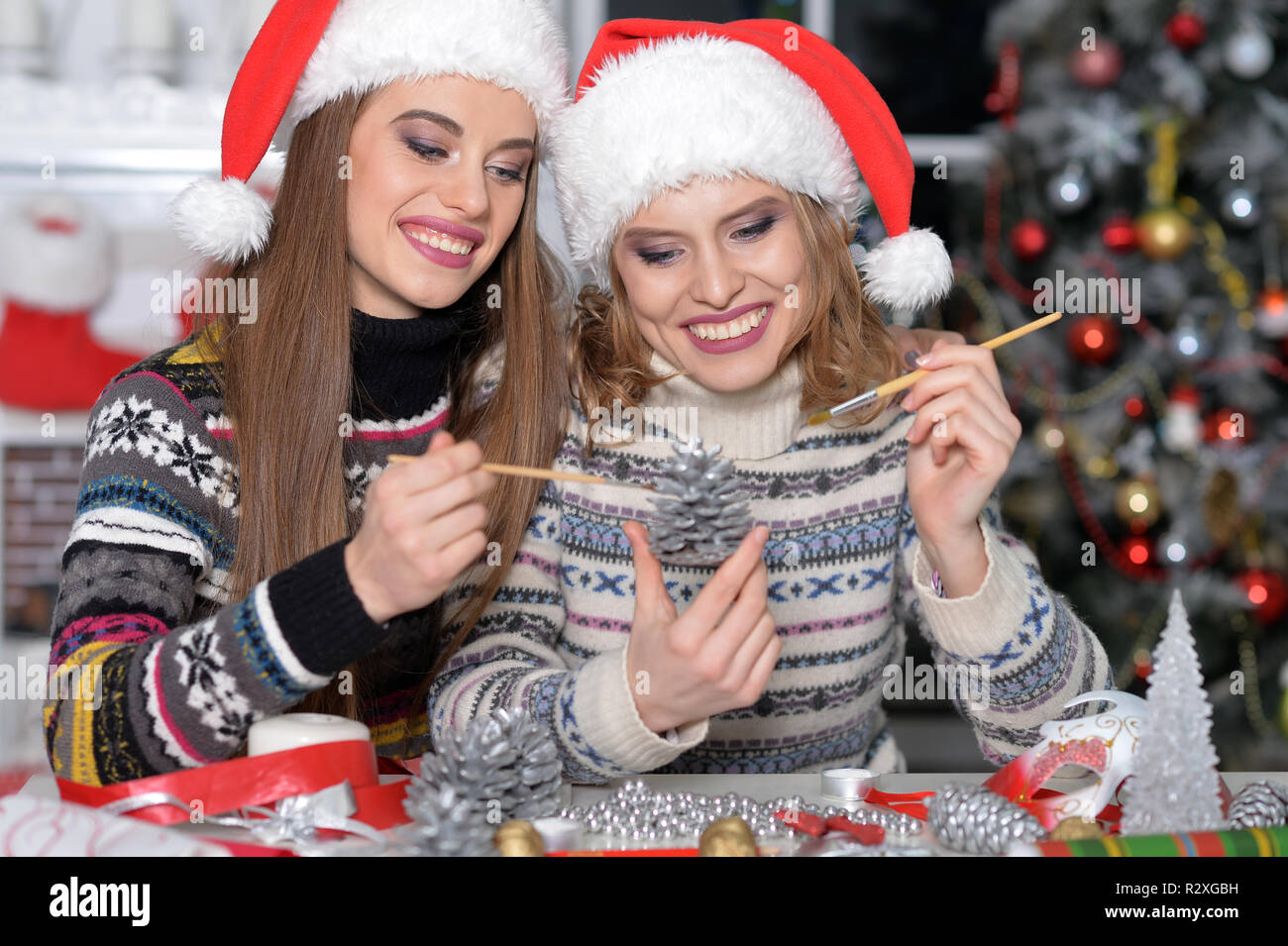 Due Belle Giovani Donne In Cappelli Di Babbo Natale La Preparazione