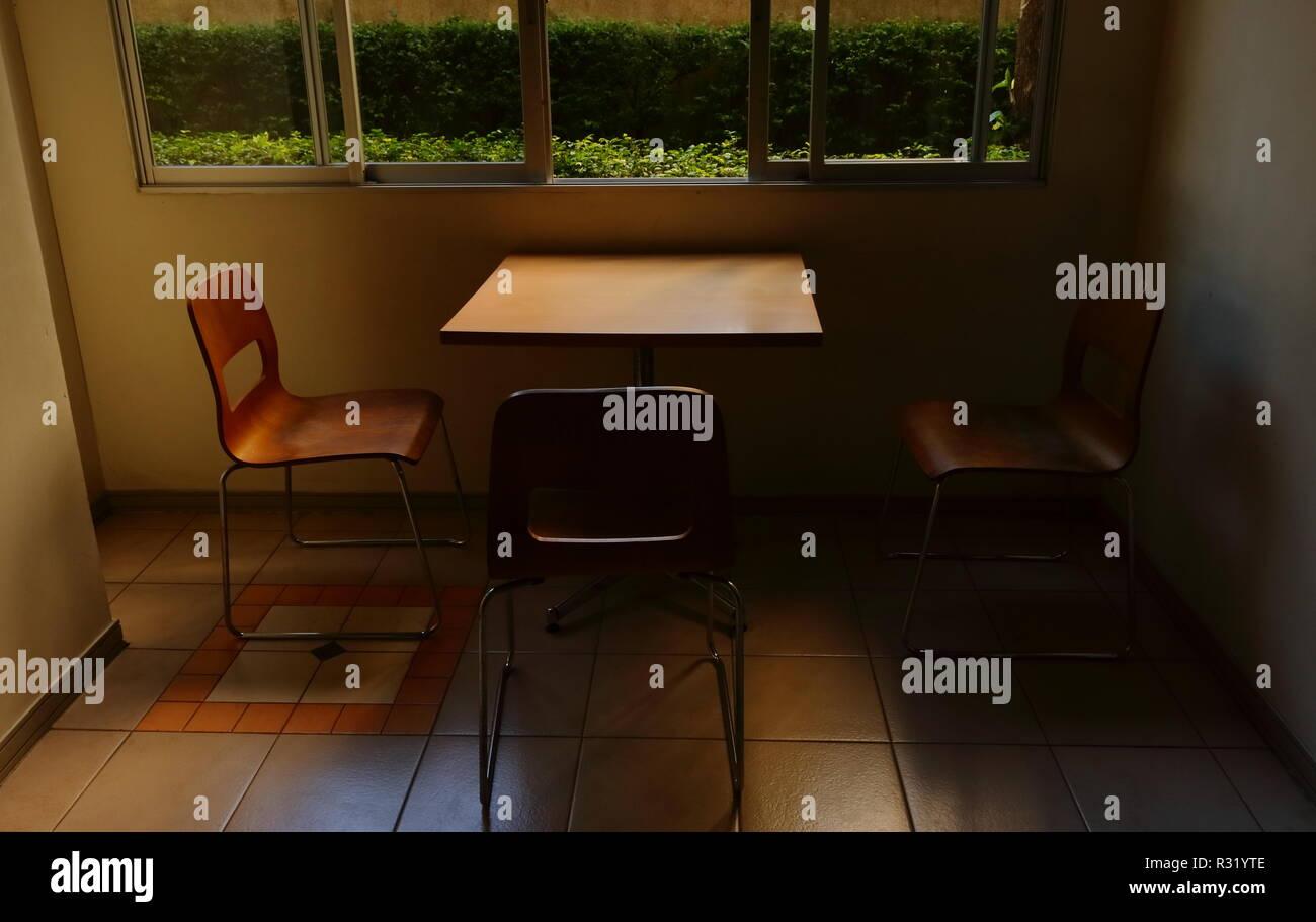 Le Sedie Vuote.Primo Piano Immagine Del Tavolo E Sedie Vuote In Ombra Nel