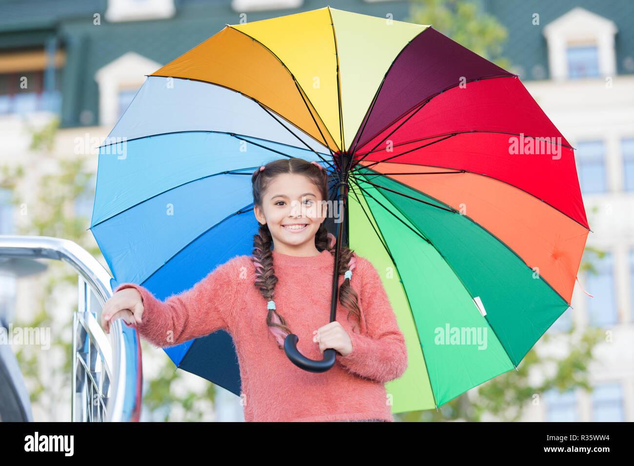 Modi illumina la tua caduta dell umore. Accessori colorati per il buon umore.  Bambini ragazza capelli lunghi pronto soddisfare autunno Meteo con ombrello. 2530dbce9fc8