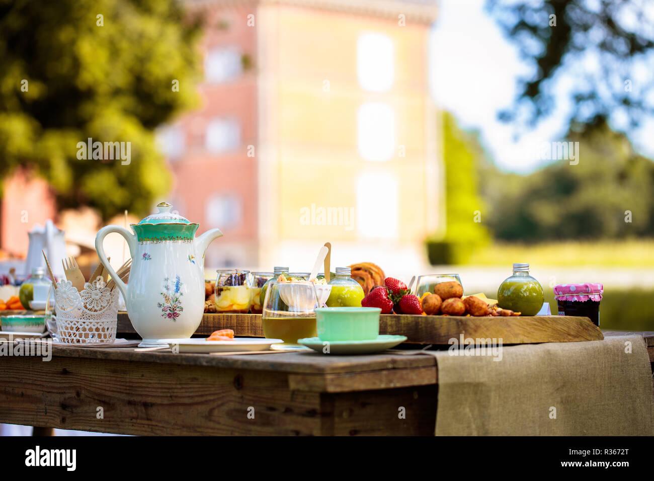 Girato a tenuta di un tavolo da pranzo in campagna Immagini Stock