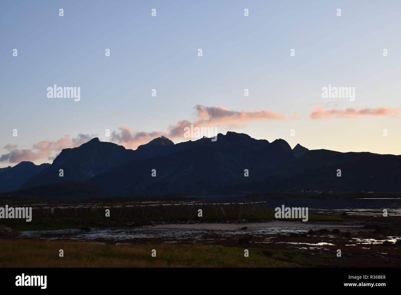 "Lofoten, Norwegen, Abend, Abendstimmung, Sonnenuntergang, rot, ""Abendrot"", Skagsanden, Flakstad, ebbe, Ufer, Küste, Seetang, Tang, Bucht, Vareidsundet, Immagini Stock"