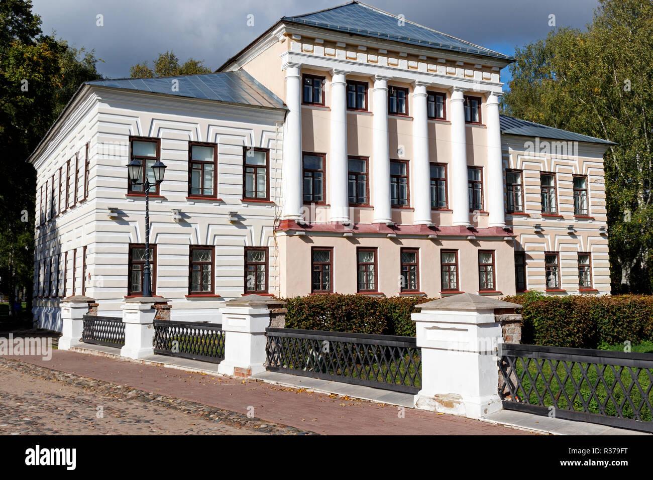 Il 1823 in stile classico Governors House in Uglich, Krasnojarsk, Russia settentrionale. Ora un museo e galleria. Immagini Stock