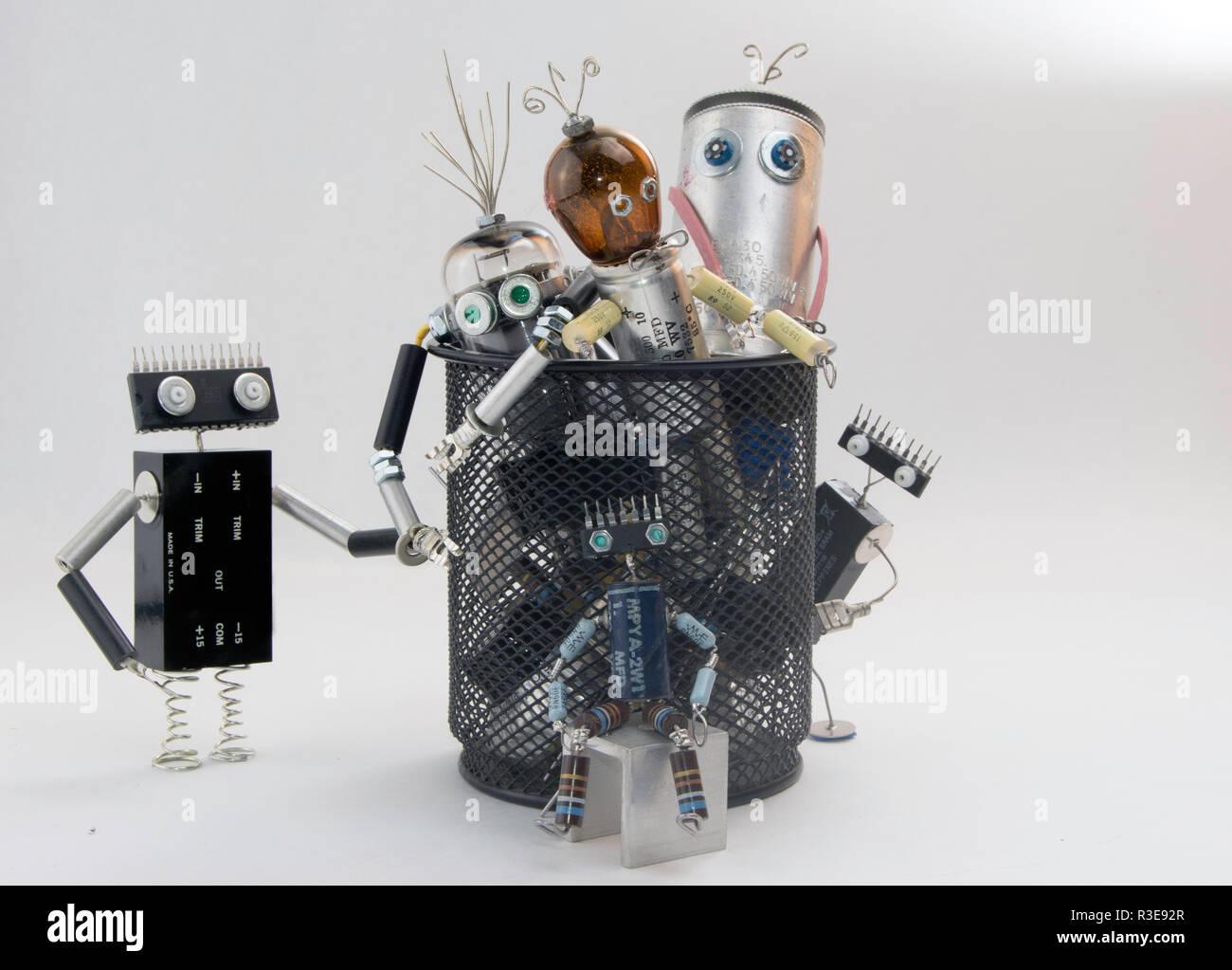 Rifiuti elettronici robot caratteri nel cestino Immagini Stock