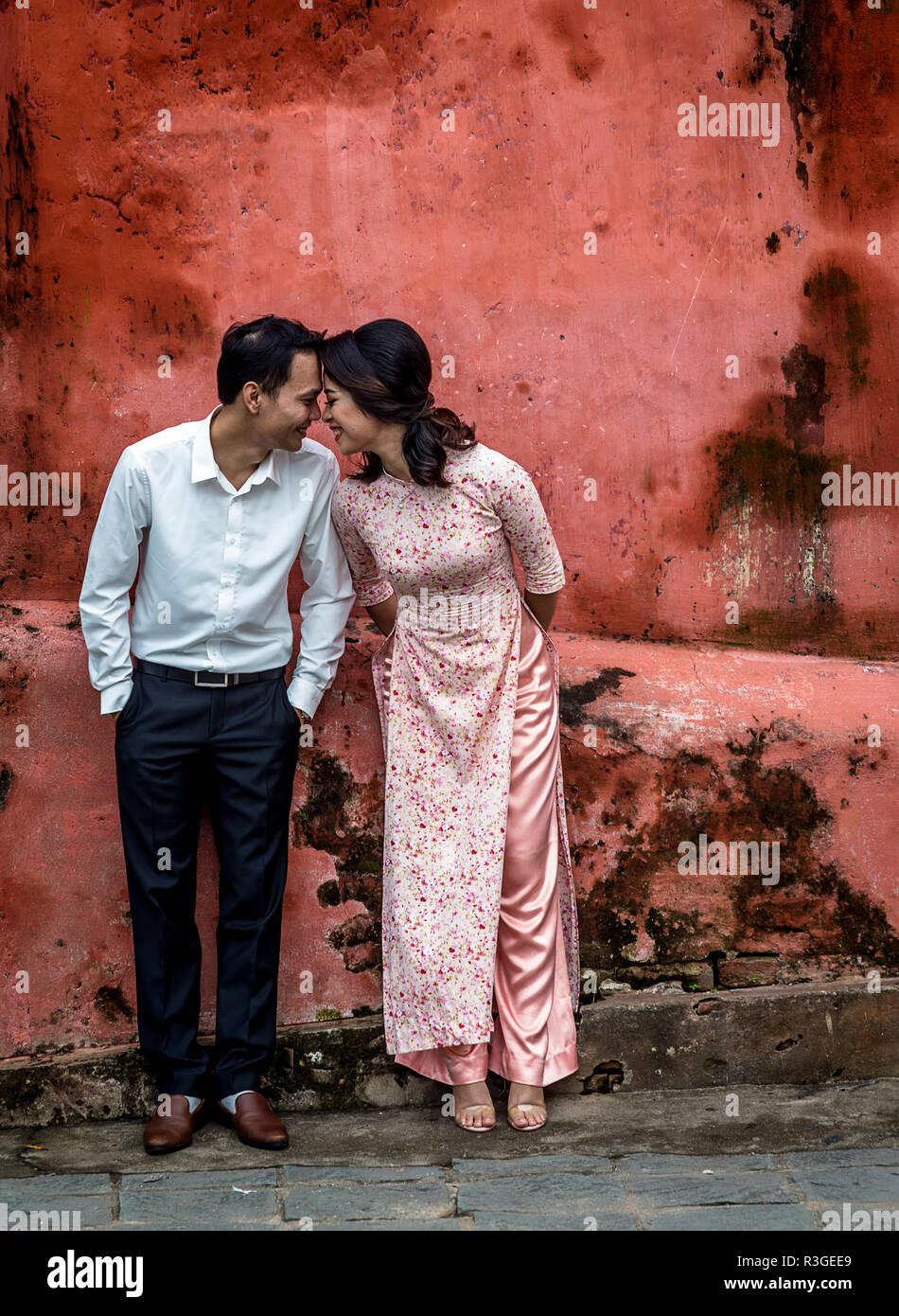 Un uomo e una donna al ponte giapponese ad Hoi An Immagini Stock