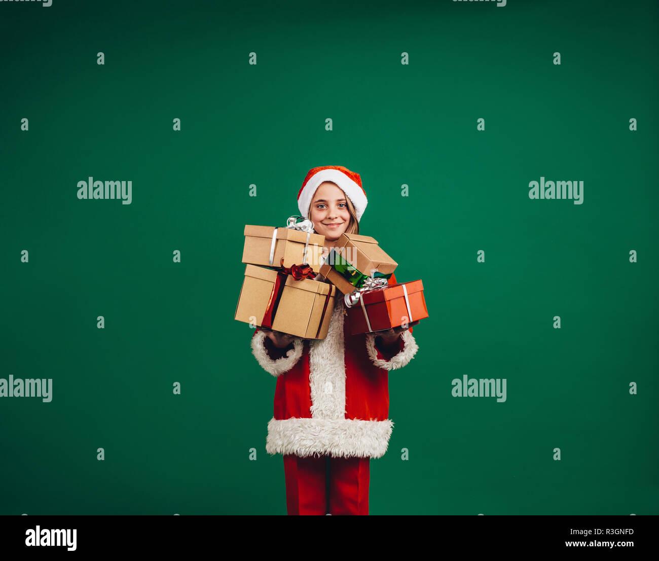 Regali Di Natale Ragazza.Ragazza Vestita Come Santa Tenendo I Regali Di Natale In Piedi