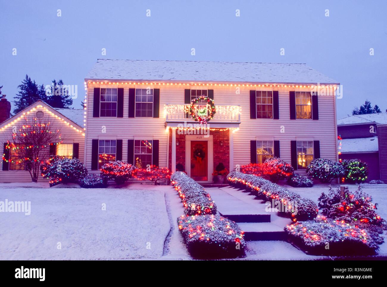 Home illuminato con luci di Natale. Immagini Stock