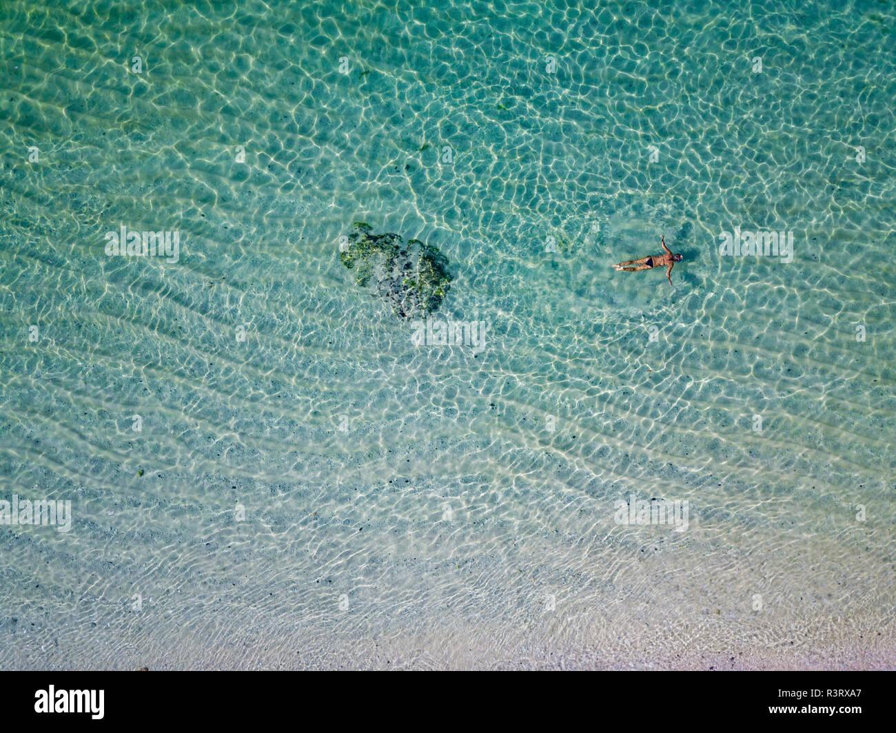 Indonesia, Bali, Melasti, vista aerea del Karma Kandara beach, uomo nuoto Immagini Stock