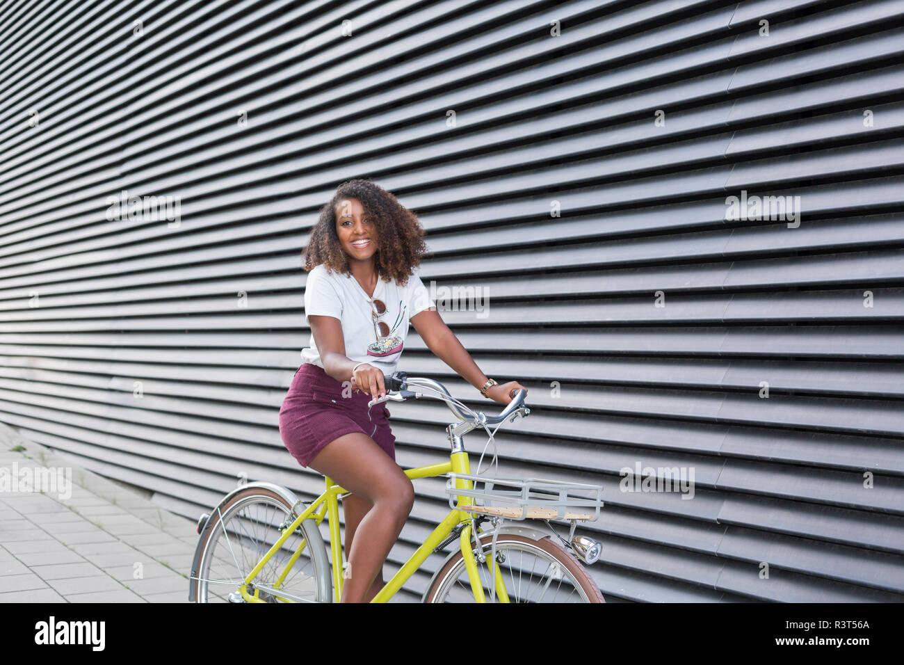 Ritratto di sorridente giovane donna Bicicletta Equitazione Foto Stock