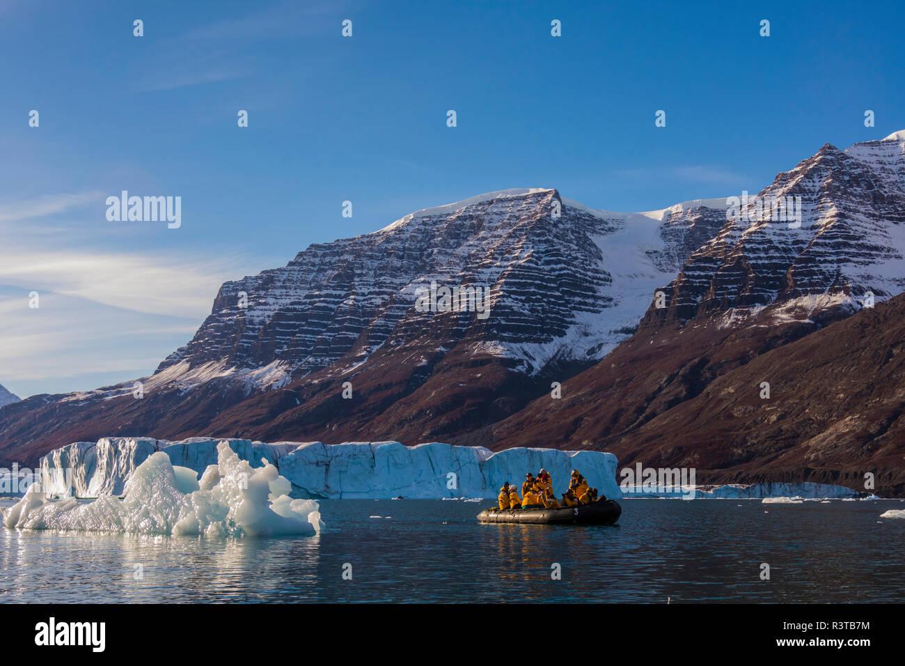 La Groenlandia, Scoresby Sund, Gasefjord. Zodiaco e iceberg. Foto Stock
