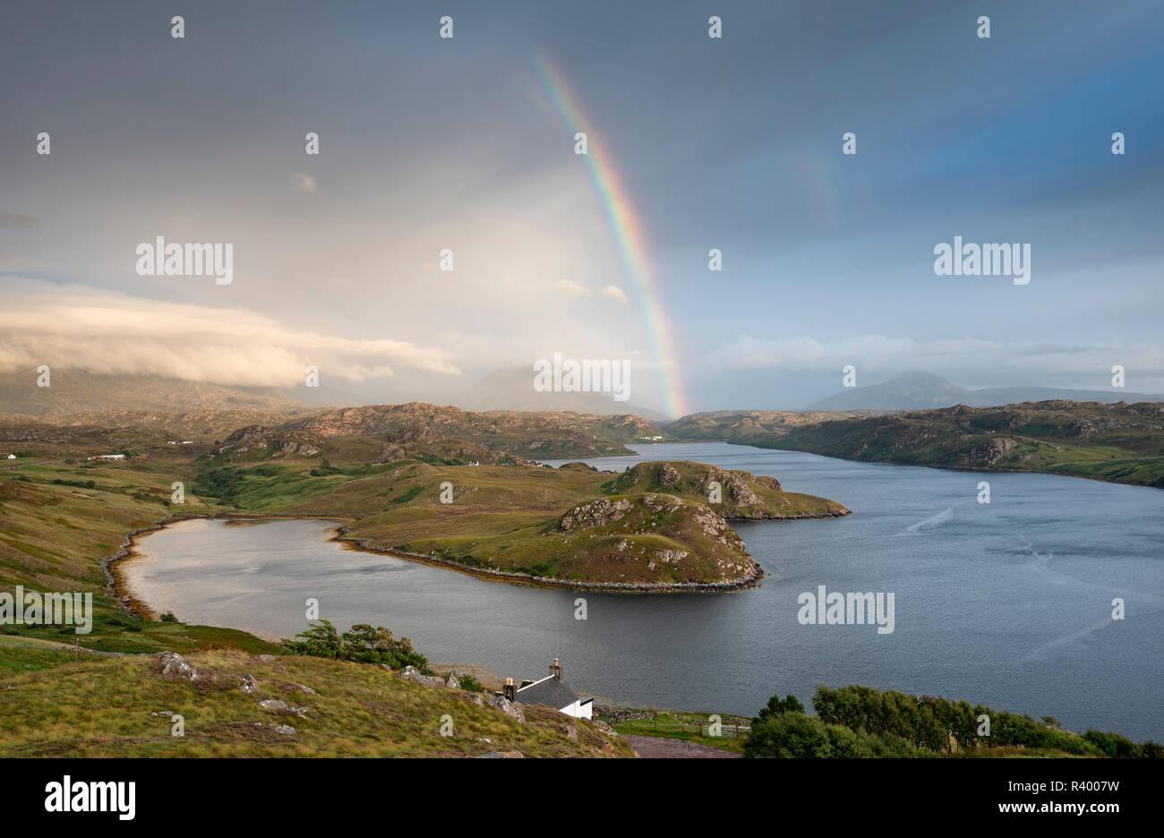 Light di arcobaleno sul mare ingresso Loch Inchard, Kinlochbervie, Sutherland, Nord-Ovest Highlands, Scozia Foto Stock