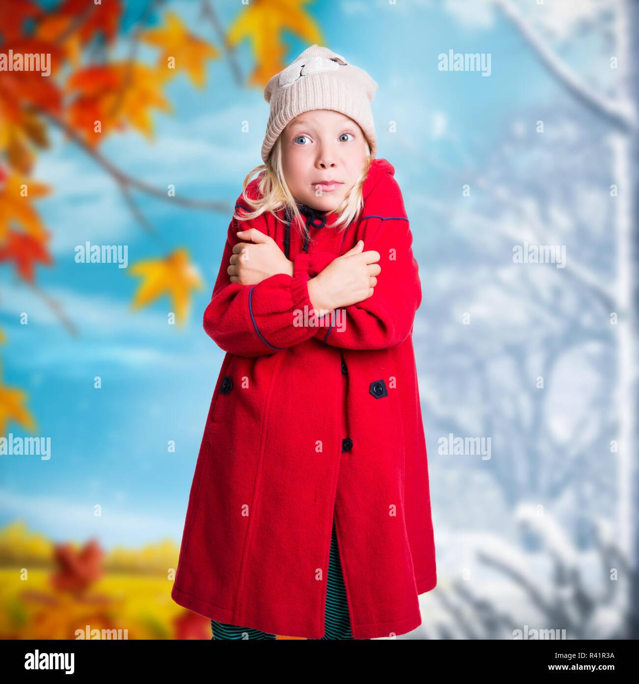 46b2c20f9935 Giovane ragazza in abbigliamento invernale di fronte a cambiare lo sfondo  di stagione