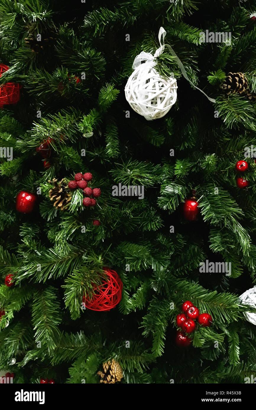 Albero Natale Decorato Rosso frammento di un albero di natale decorato con il rosso e