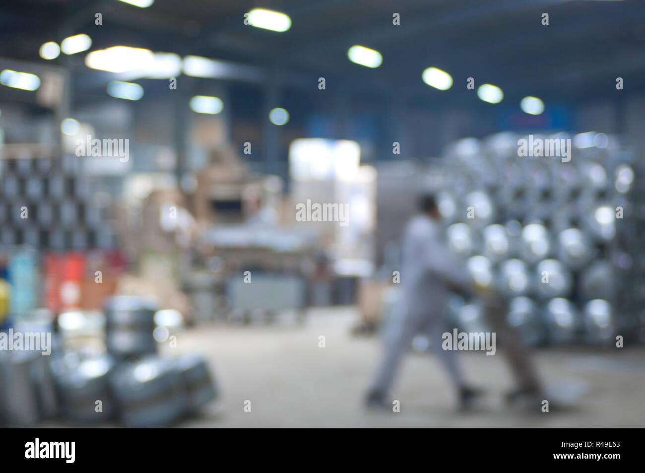 Abstract industriale sfocata l'immagine di sfondo di un acqua-riscaldatori di acciaio interno di fabbrica Immagini Stock