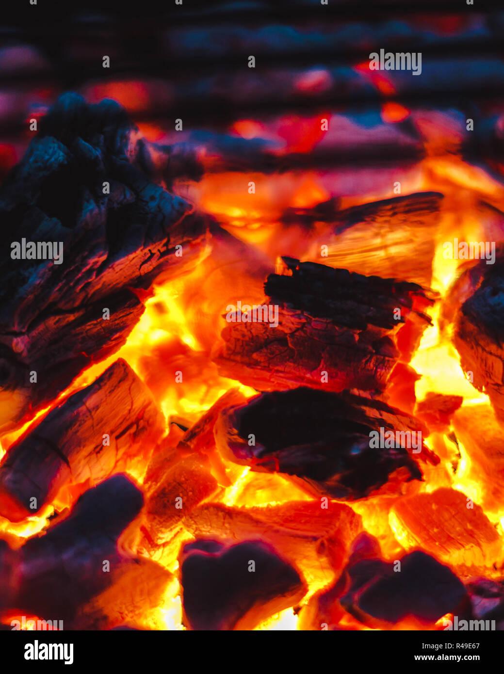 Se si gioca con il fuoco la tua gonna bruciarsi Immagini Stock