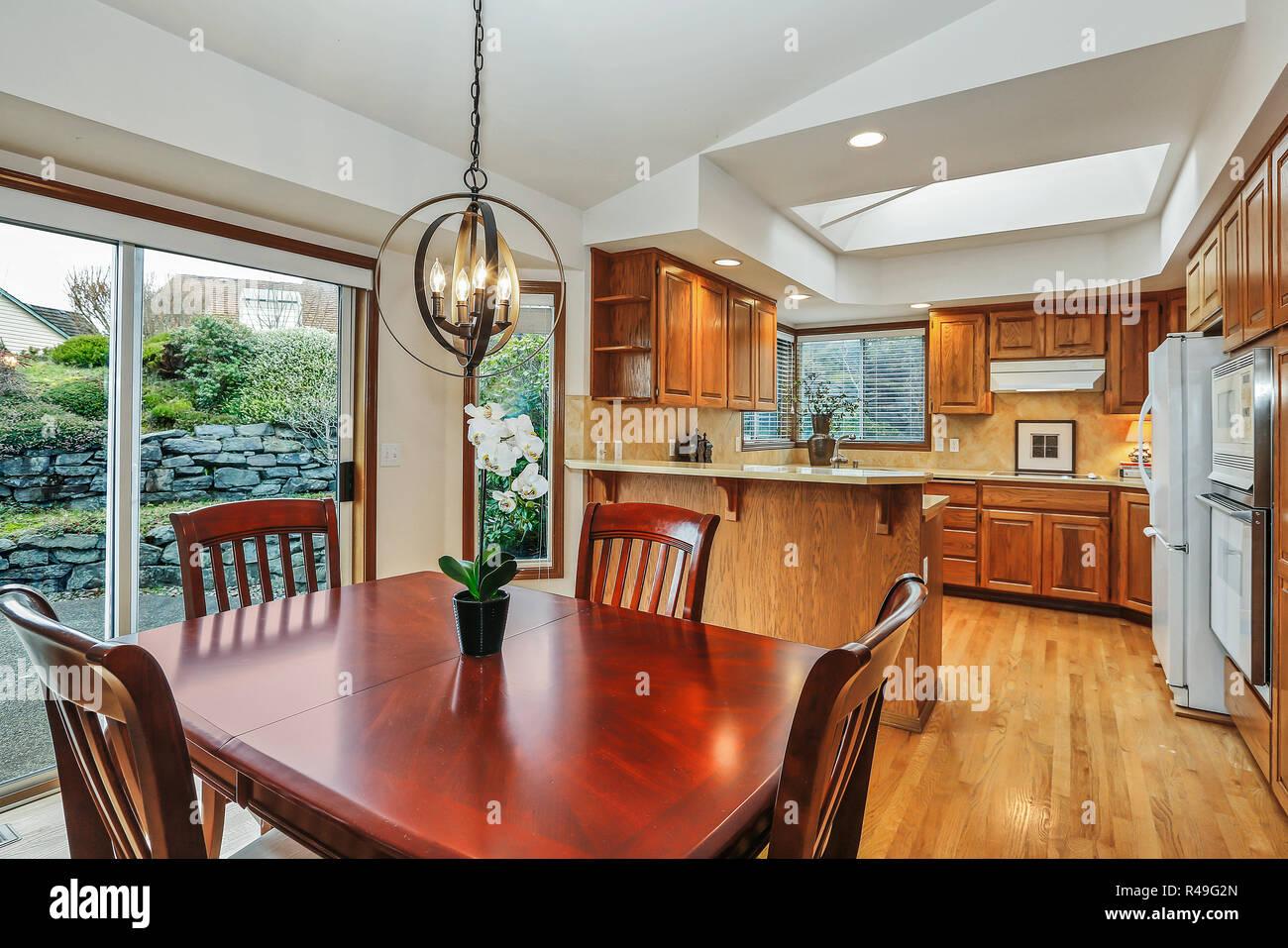 Tavoli Da Pranzo Grandi Dimensioni.Cucina Sala Interna In Casa Americana Con Legno Di Ciliegio Tavolo
