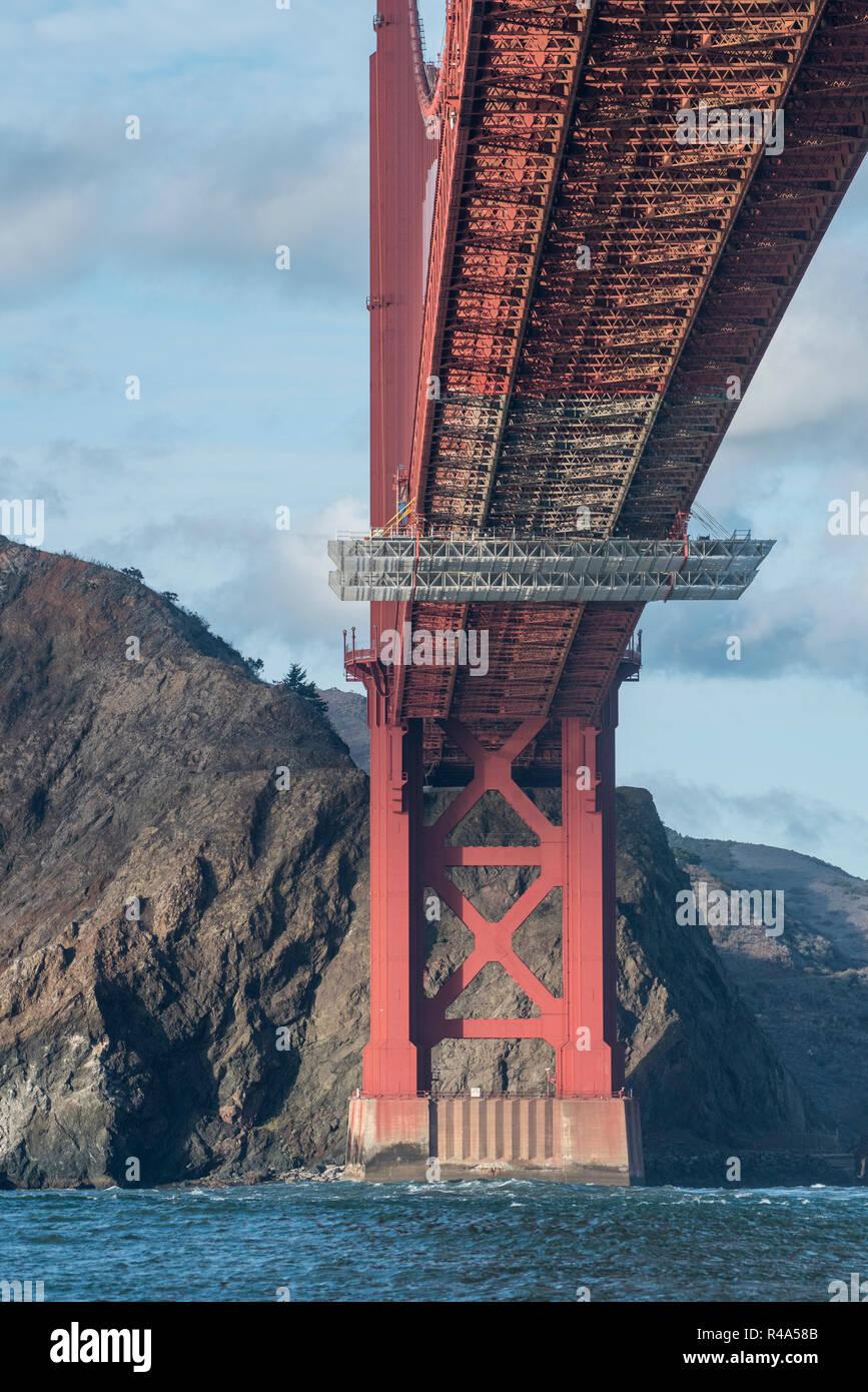 Il famoso Golden Gate bridge fotografati da un angolo diverso dal di sotto della Baia di San Francisco dal di dentro una barca. Immagini Stock