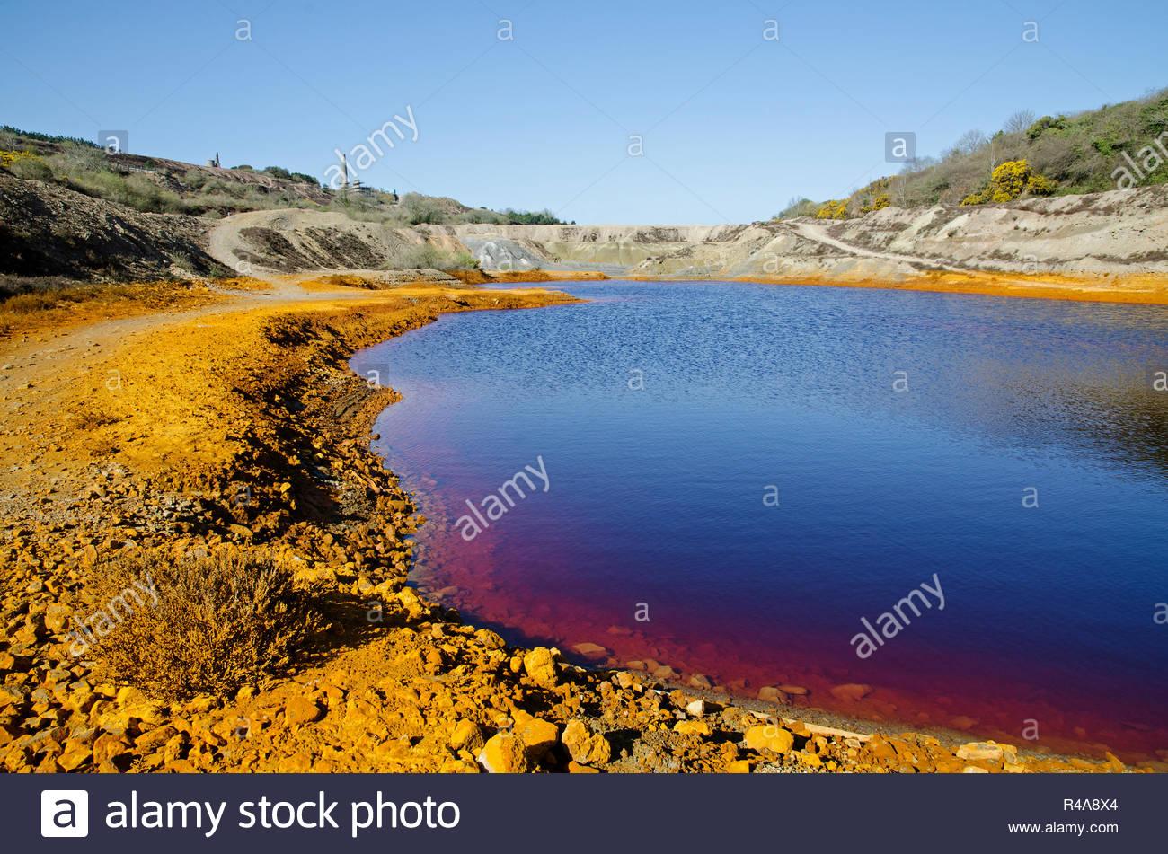 Inquinamento industriale, terreno inquinato e acqua dalla vecchia miniera di stagno lavorazioni vicino a st.giorno in Cornovaglia, Inghilterra, Regno Unito. Immagini Stock