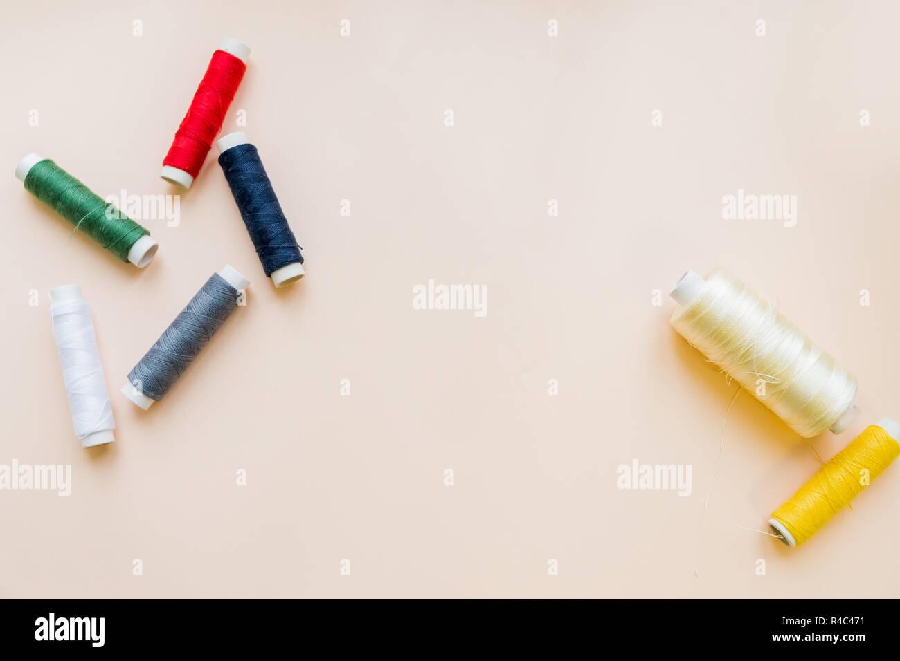 In matasse di multi-fili colorati per ricamo su sfondo pastello.multi colore filo da ricamo filati. Piatto di laici colorate rotoli di filo per cucire, cucito e ricamo concetto.spazio copia Foto Stock