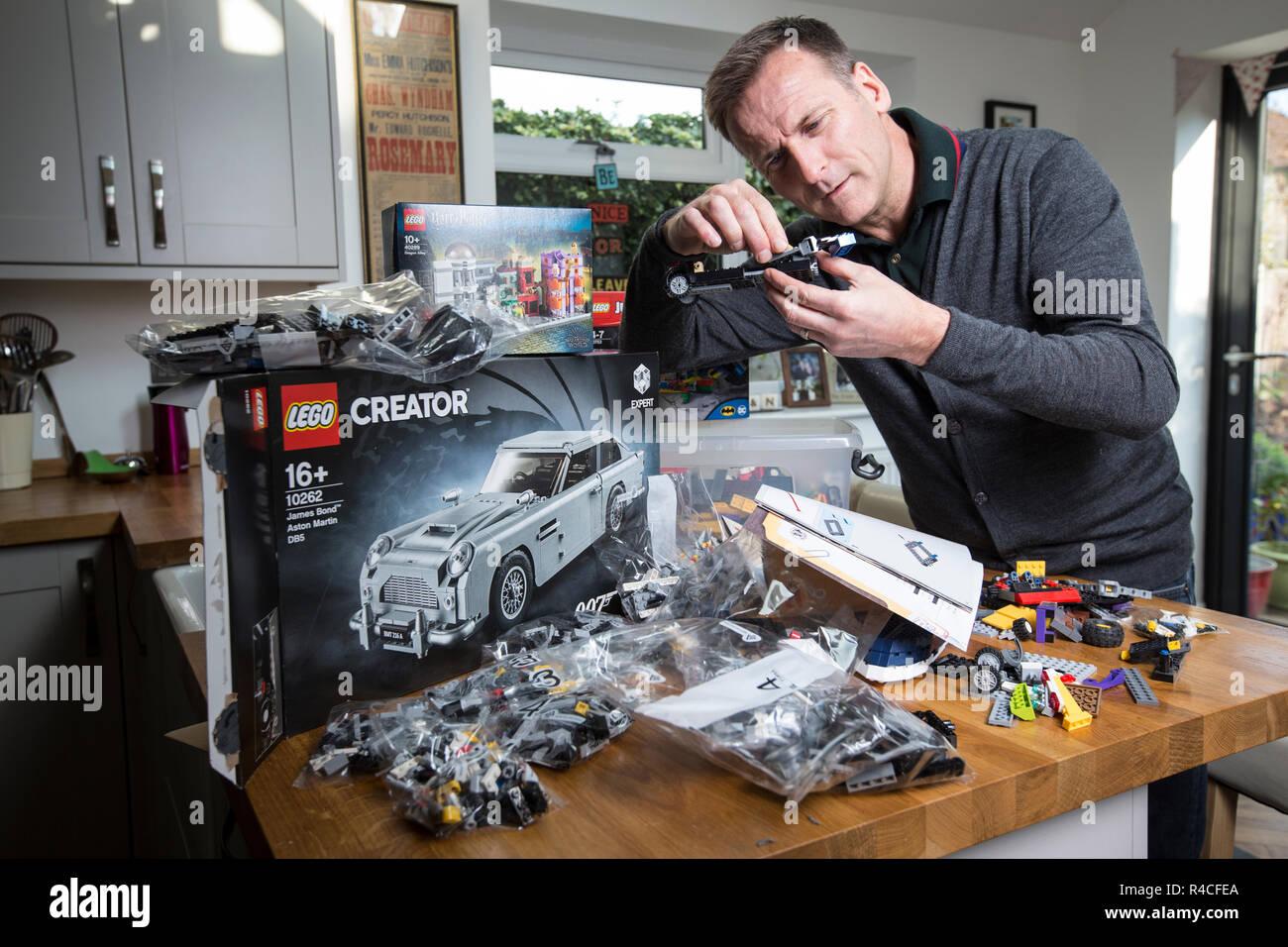 Uomo di mezza età costruzione Lego a casa in Inghilterra, come adulti sono ammettere alla dipendenza di Mattone di Edificio del fenomeno, Regno Unito. Immagini Stock