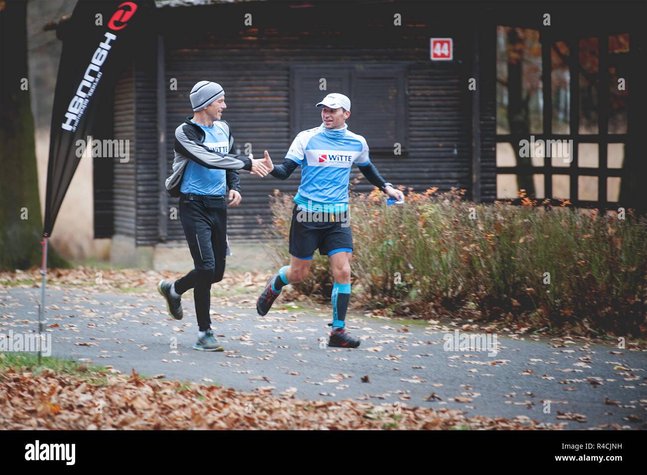 Repubblica ceca, Pilsen, Novembre 2018: Hannah Pilsen Krkavec Trail. Due uomini agitare le mani alla fine della corsa. Immagini Stock