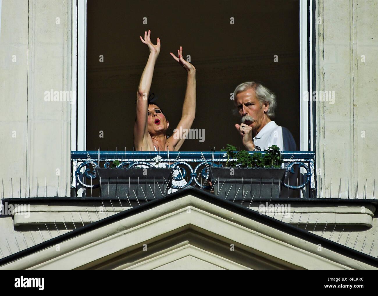 Giovane ballare il tango nel loro appartamento visto attraverso la finestra aperta Immagini Stock