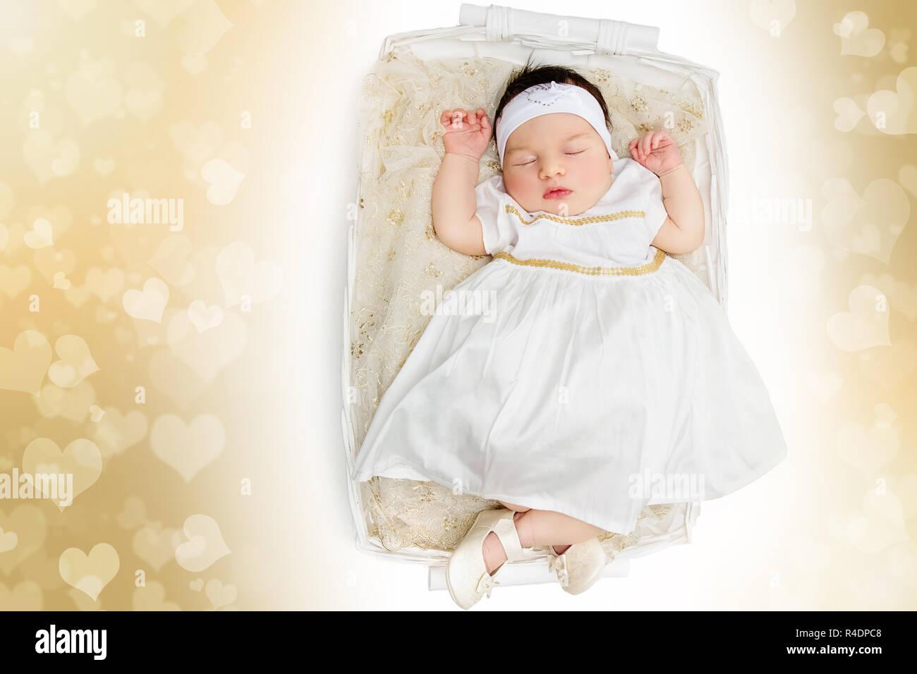 Sleeping neonato bambina indossa abito bianco Foto   Immagine Stock ... b1ca5a0c29e6
