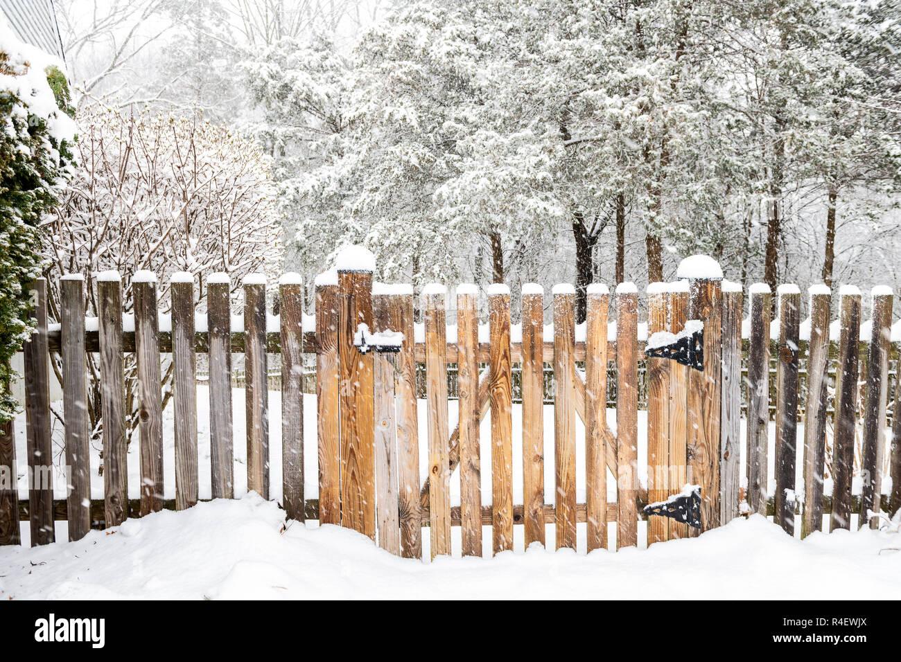 Staccionata Bianca In Legno staccionata in legno porta con serratura, latch bloccato