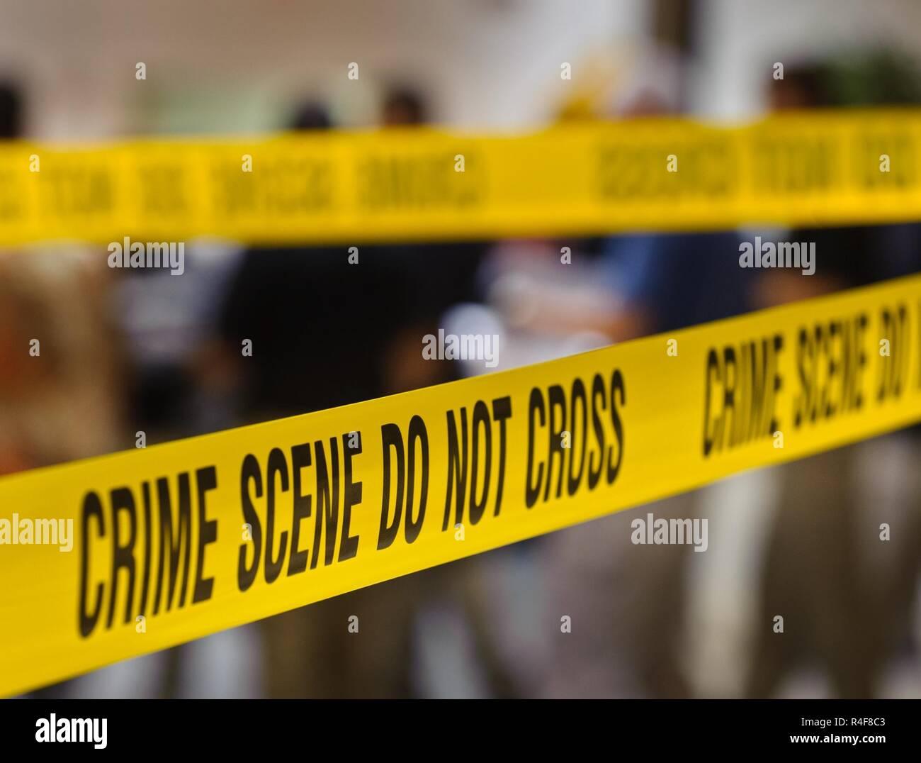 Crime Scene tape fissa un sito di indagine. Una scena del crimine è qualsiasi posizione che può essere associato con un commesso il crimine. Le scene del crimine contengono le prove fisiche che è pertinente ad una indagine penale.Tale prova è raccolto dalla scena del crimine gli investigatori (CSI) e l applicazione della legge.La posizione di una scena del crimine può essere il luogo in cui il reato ha avuto luogo, o può essere una qualsiasi area che contiene elementi di prova dal reato stesso. Le scene non sono solo limitati a una posizione, ma può essere qualsiasi persona, un luogo o un oggetto associato con i comportamenti criminali che si sono verificati. Immagini Stock