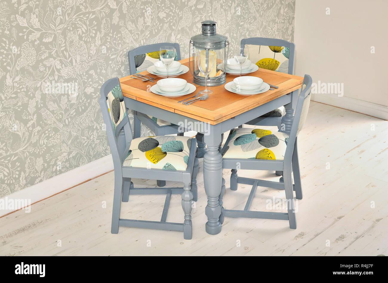 Tavolo Da Pranzo Shabby : Shabby chic tavolo da pranzo con sedie e stoviglie foto immagine