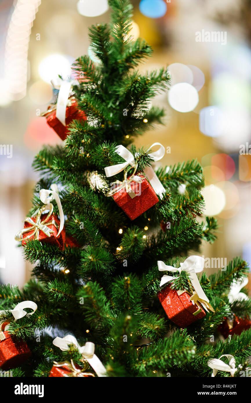 Albero Natale Decorato Rosso immagine dell albero di natale decorato con rosso confezioni