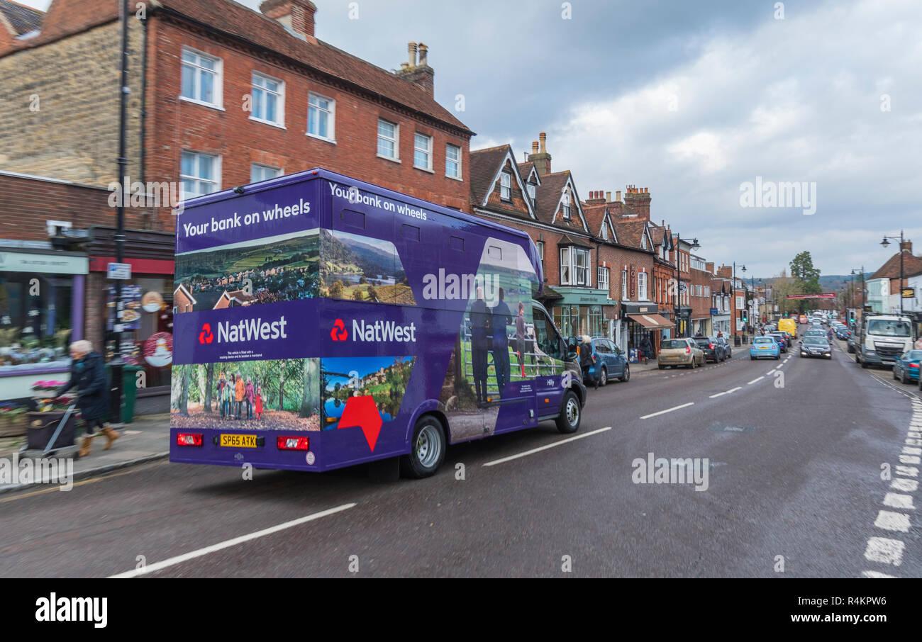 Netwest banca mobile su ruote van passando attraverso il mercato britannico città di Midhurst, West Sussex, in Inghilterra, Regno Unito. Immagini Stock