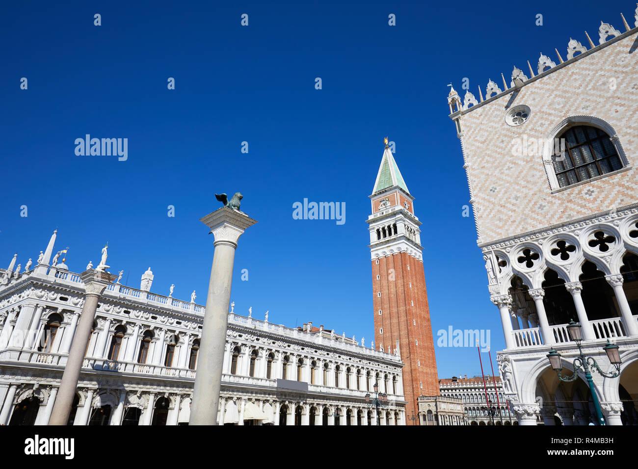 San Marco torre campanaria, Nazionale Biblioteca Marciana e Palazzo Ducale un ampio angolo di visione, cielo blu chiaro a Venezia, Italia Foto Stock