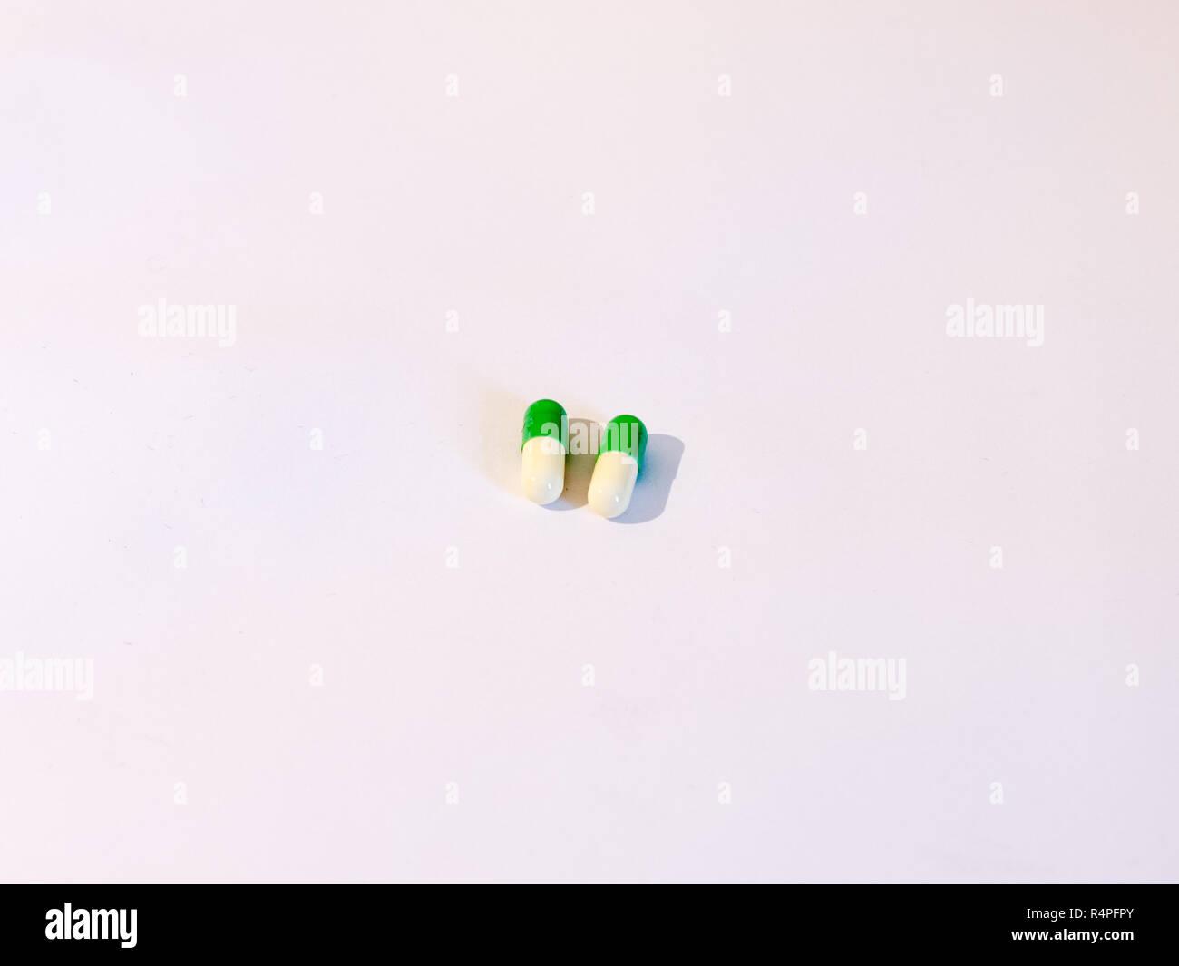 Due Fondamentali Le Pillole Generiche Su Uno Sfondo Bianco Bianco E