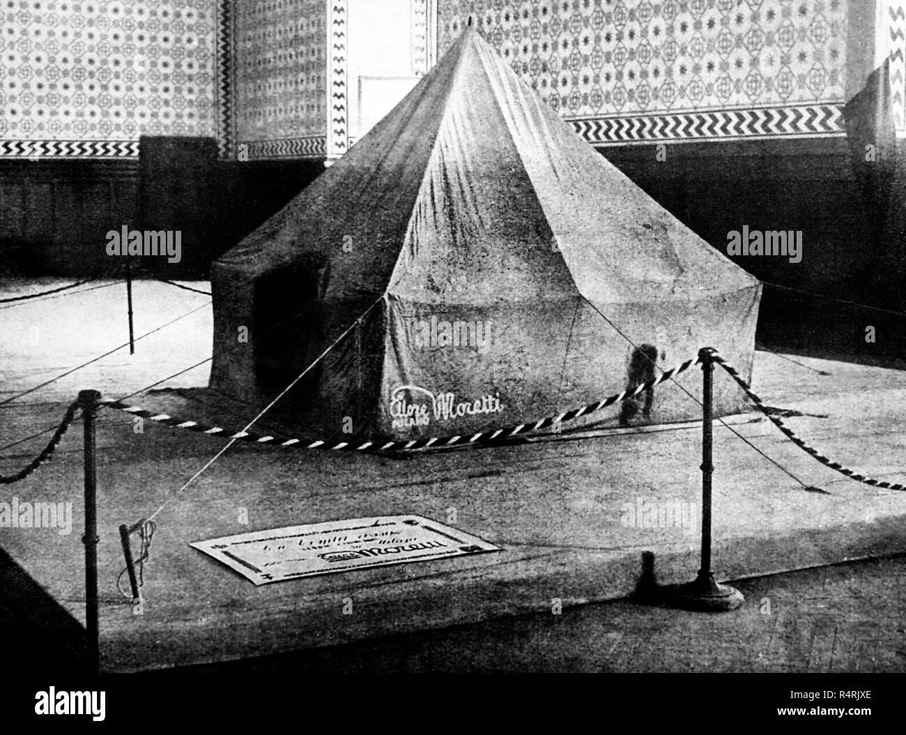 La Tenda Rossa di Umberto Nobile expedition progettato da felice trojani, esposta al Castello Sforzesco di Milano nel 1928 Immagini Stock