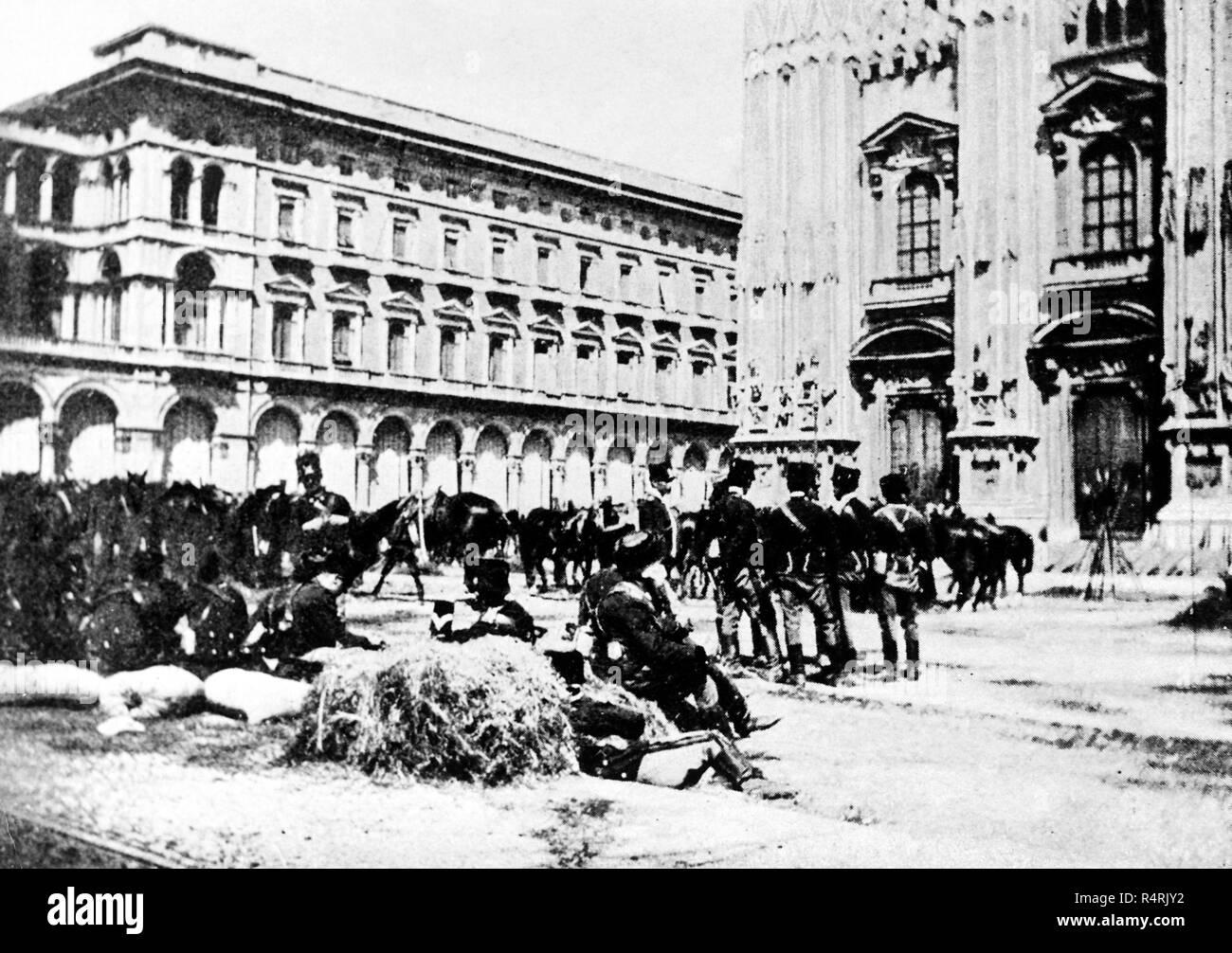 Le truppe del generale Fiorenzo Bava Beccaris di fronte alla cattedrale prima della repressione, Milano, 1898 Immagini Stock
