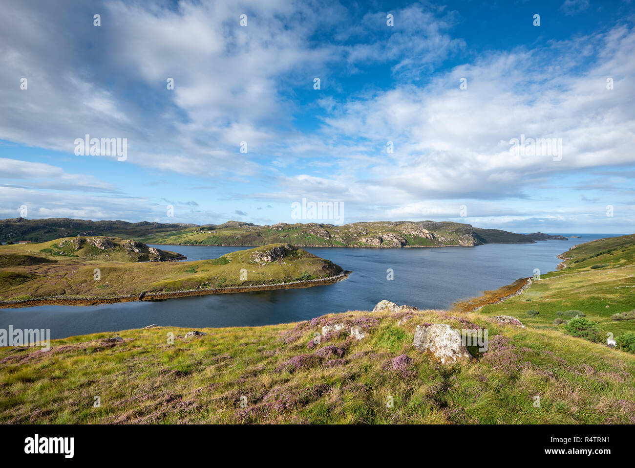 Vista sul mare ingresso Loch Inchard, Kinlochbervie, Caithness, Sutherland e Easter Ross, Scozia, Gran Bretagna Foto Stock