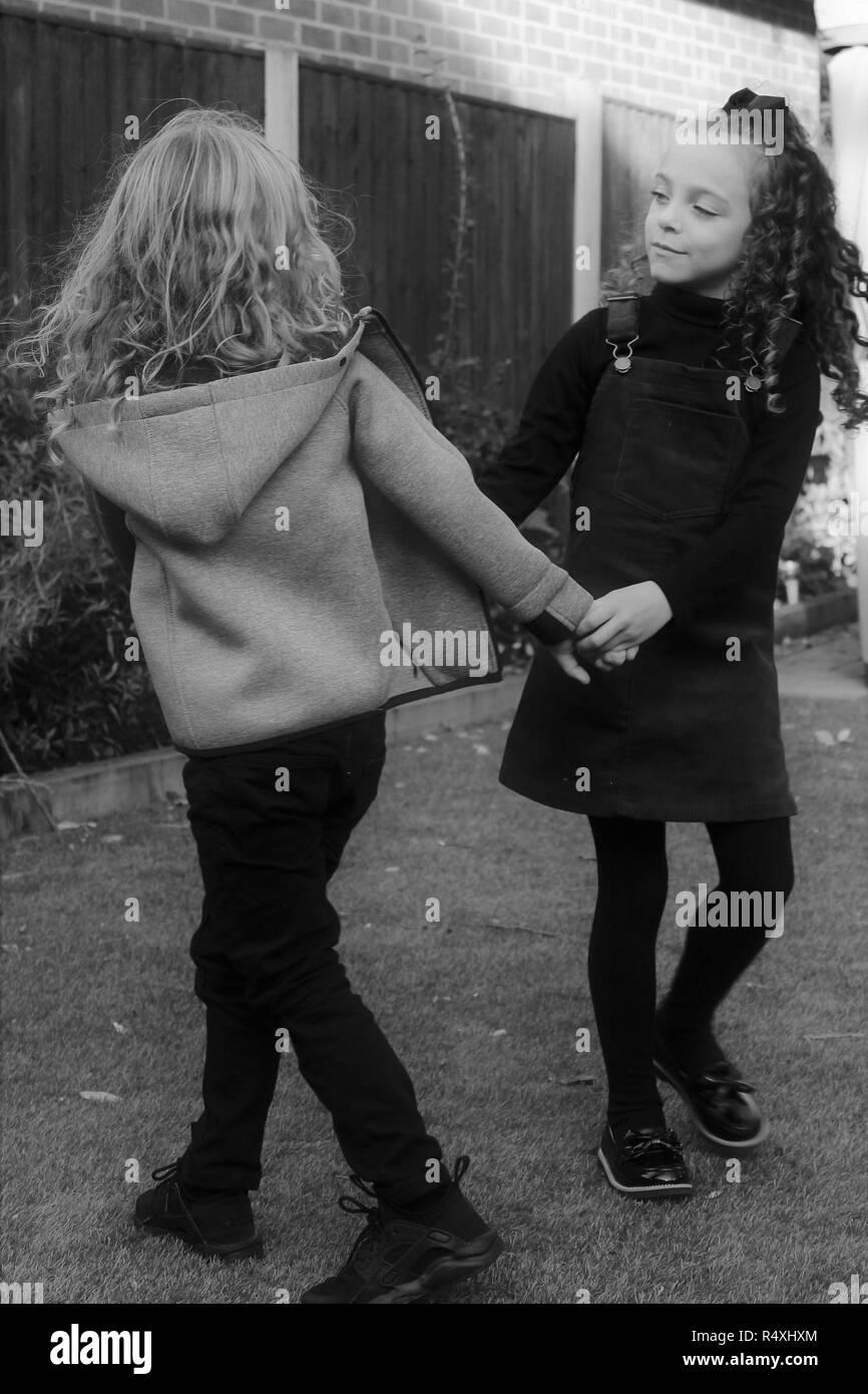 Giovani caucasici, i gemelli figli, visualizzazione di amore, di simpatia e di affetto Immagini Stock