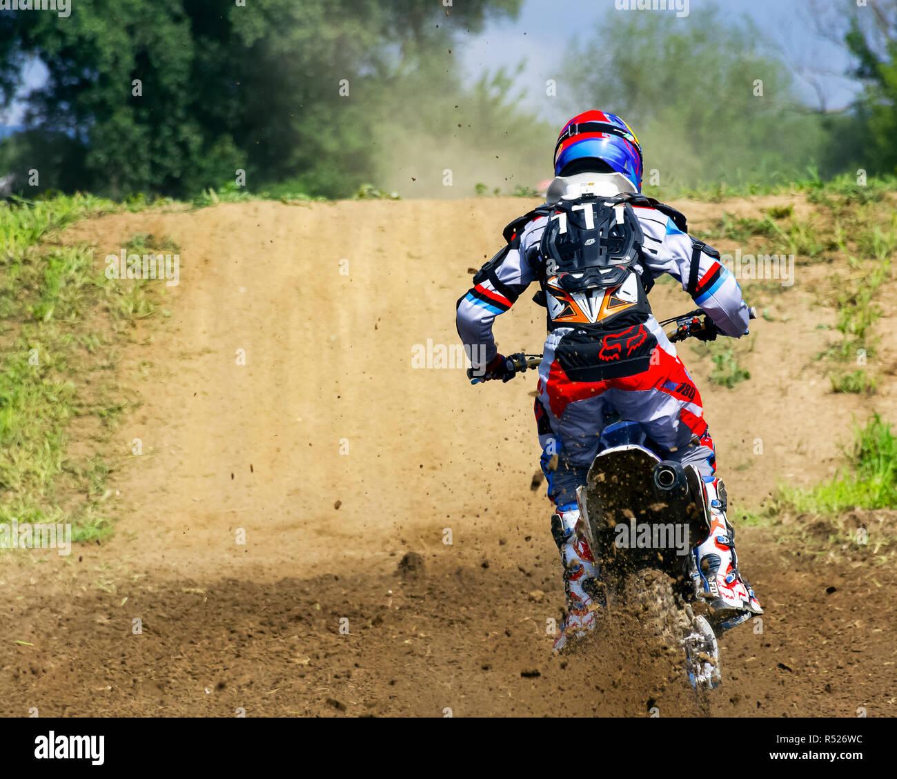 Uzhgorod, Ucraina - giu 26, 2018: Transcarpazia regionale aperto campionato di motocross. sport estremo la concorrenza. partecipante accelerando in dus Immagini Stock