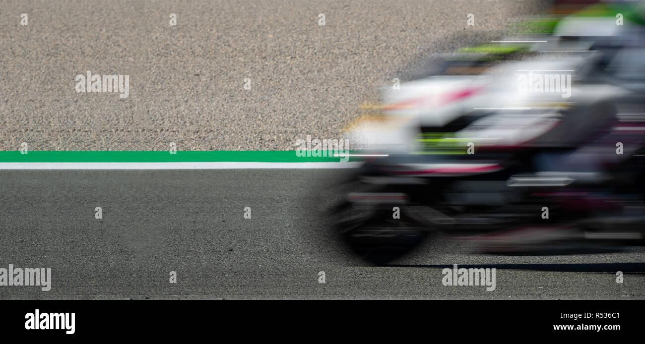 Moto sfocata del motociclo in competizione nel circuito di corse Immagini Stock