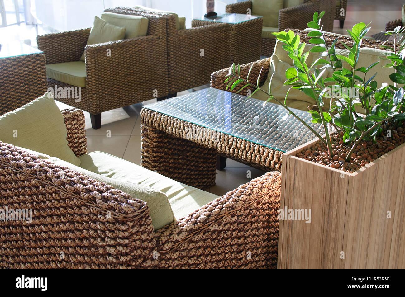 Sedie In Rattan Da Interno : L interno del cafe tavoli e sedie di rattan foto immagine
