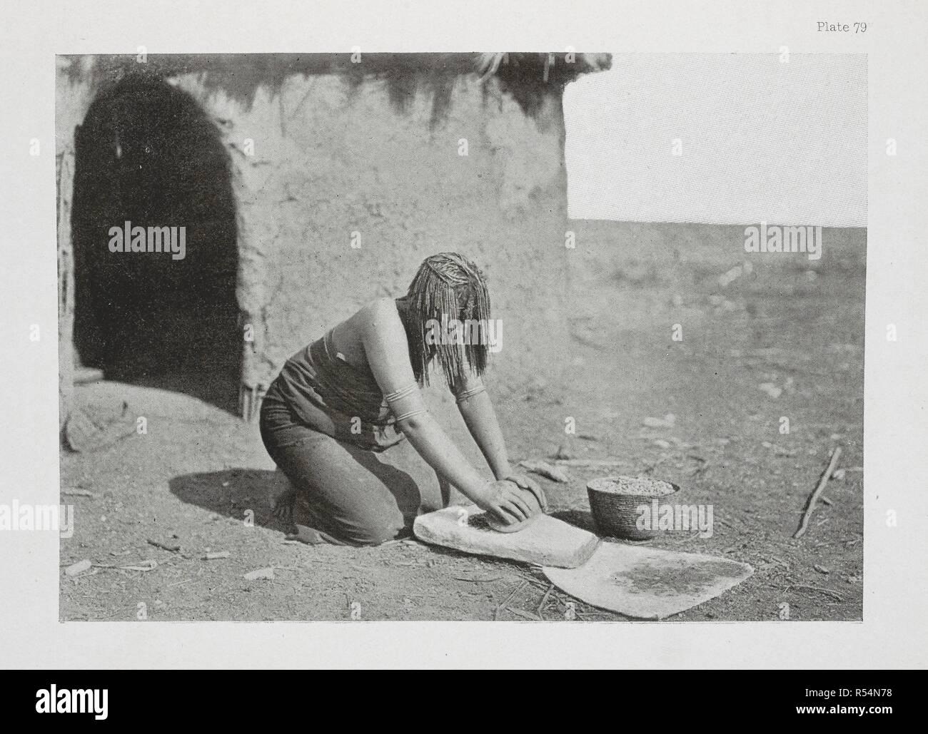 Una donna Pondo mealies macinazione. L'essenziale Kafir ... Con un centinaio di full-page illustrazioni dall'autore. Londra : Adam & Charles Black, 1904. Fonte: 10096.h.20 piastra 79. Autore: Kidd, Dudley. Immagini Stock